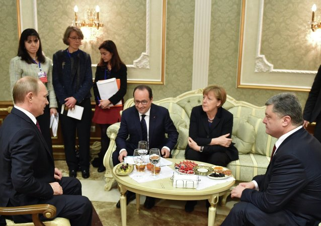 Russia's President Vladimir Putin (L), Ukraine's President Petro Poroshenko (R), Germany's Chancellor Angela Merkel (2nd R) and France's President Francois Hollande attend a meeting on resolving the Ukrainian crisis in Minsk, February 11, 2015.